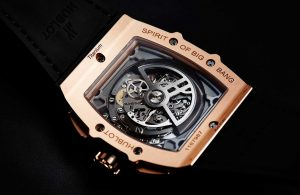 From the see-through backs, you can see the excellent movements, calibers HUB 4700, which can provide 50 hours power reserve.