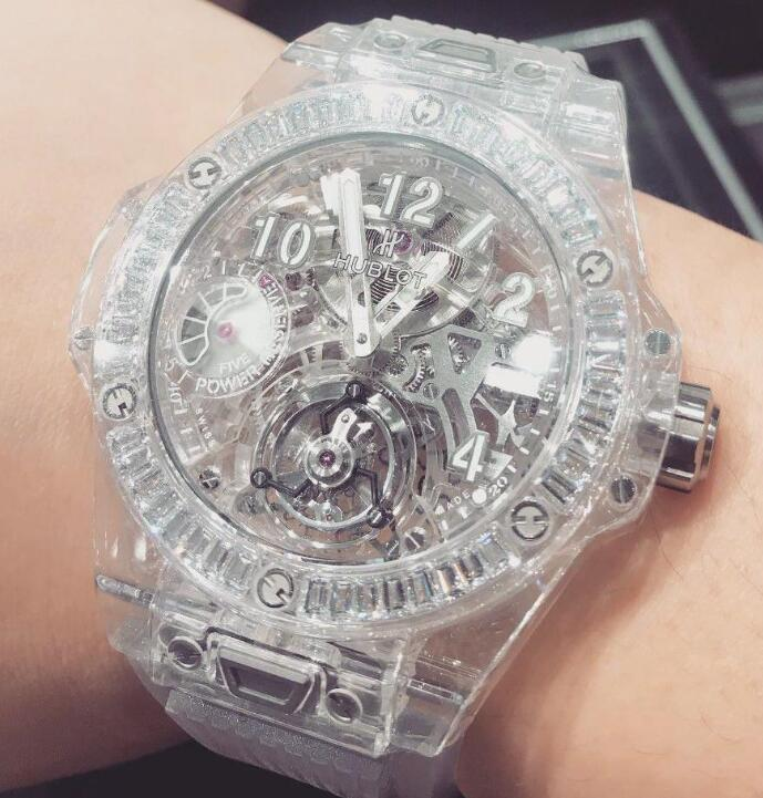 The transparent sapphire Hublot is light and eye-catching.
