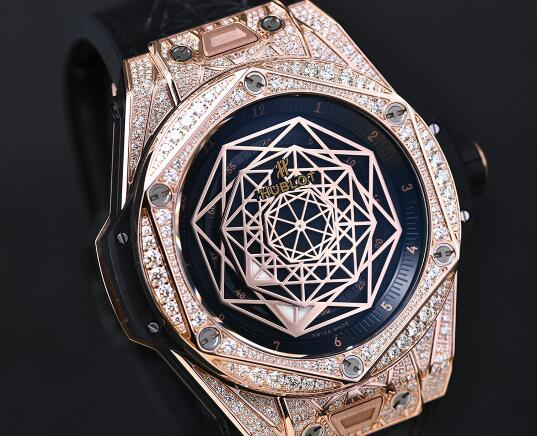 The diamonds paved on the Hublot make the watch more glorious.